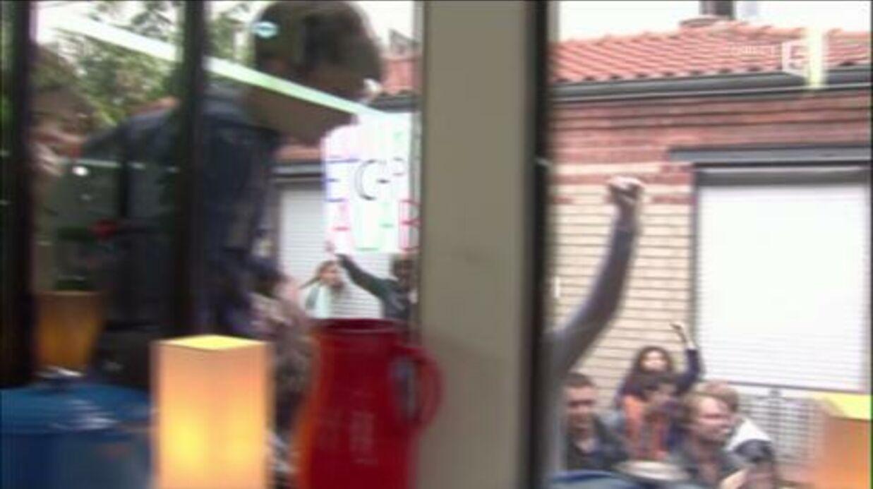 VIDEO C à Vous: Des manifestants tentent d'envahir le plateau, Anne-Sophie Lapix rend l'antenne
