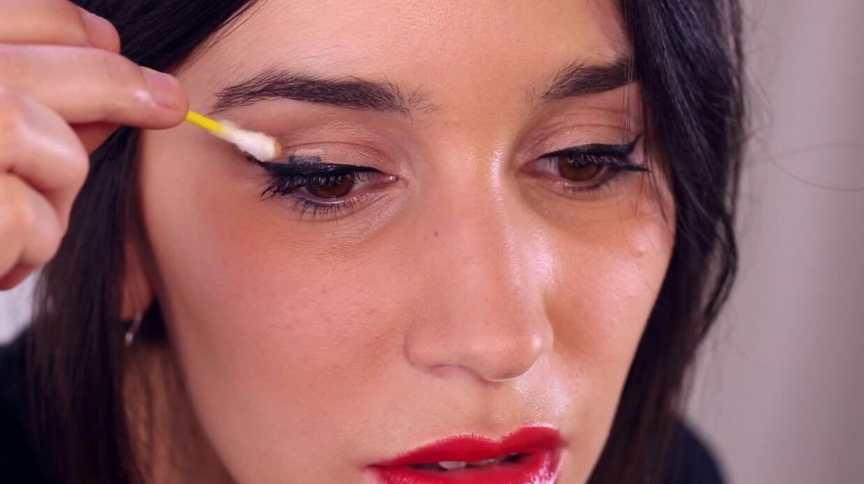Tuto beaut comment rattra per un trait d eye liner voici - Comment faire un trait d eye liner ...