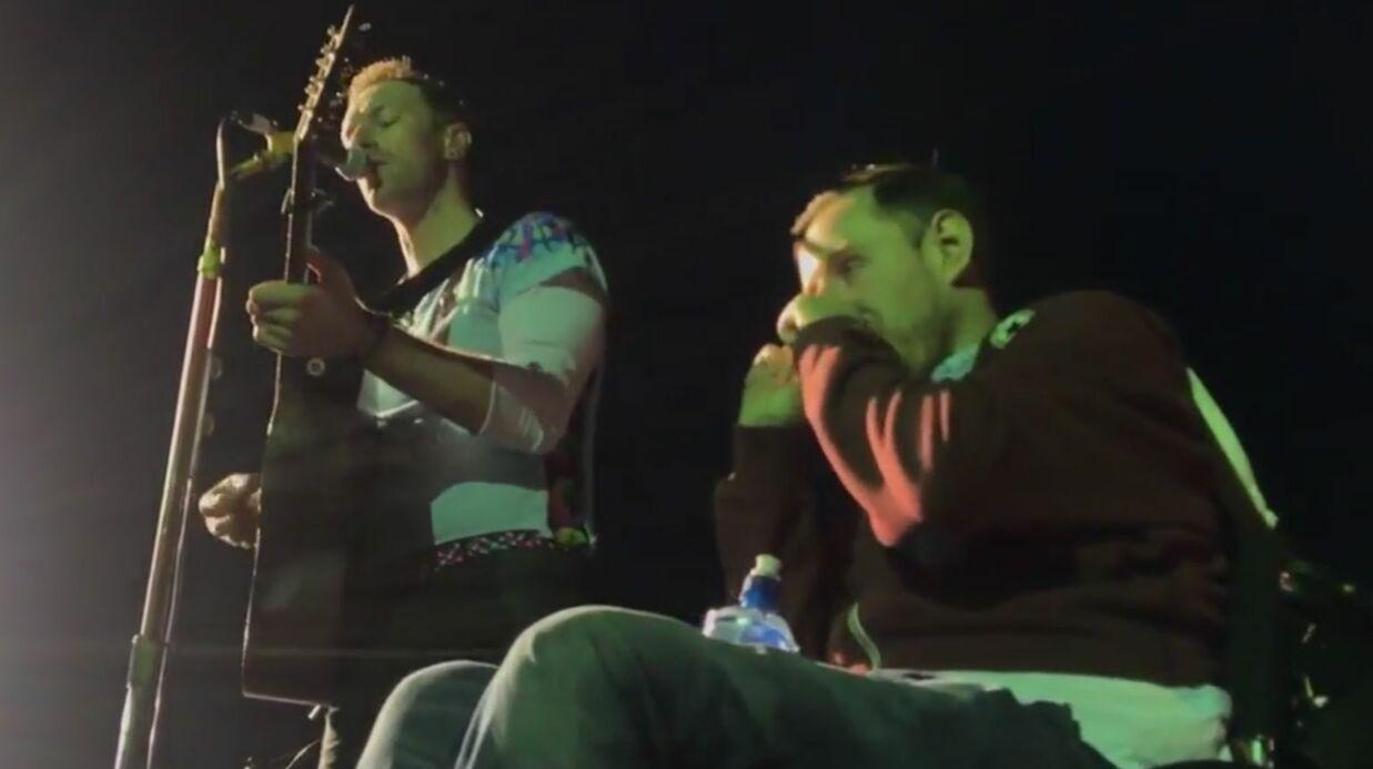 Coldplay: lors d'un concert, le public aide un homme handicapé à monter sur scène