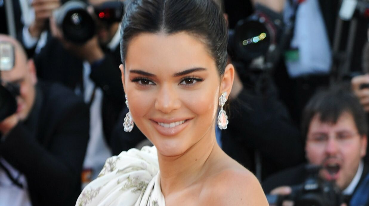 PHOTO Kendall Jenner pose entiè­re­ment nue, assise sur un esca­lier