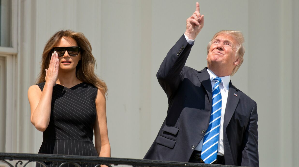 PHOTOS Quand Donald Trump regarde l'éclipse solai­re… sans lunettes