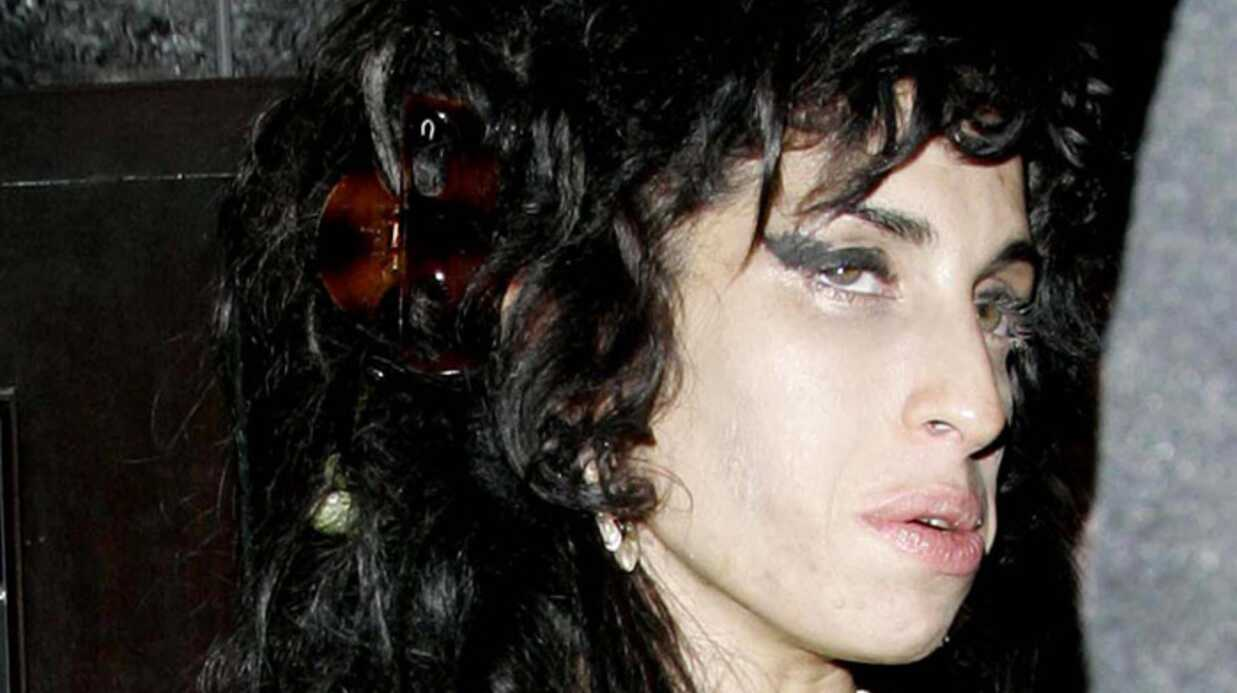 Amy Wine­house s'endort sur sa guitare