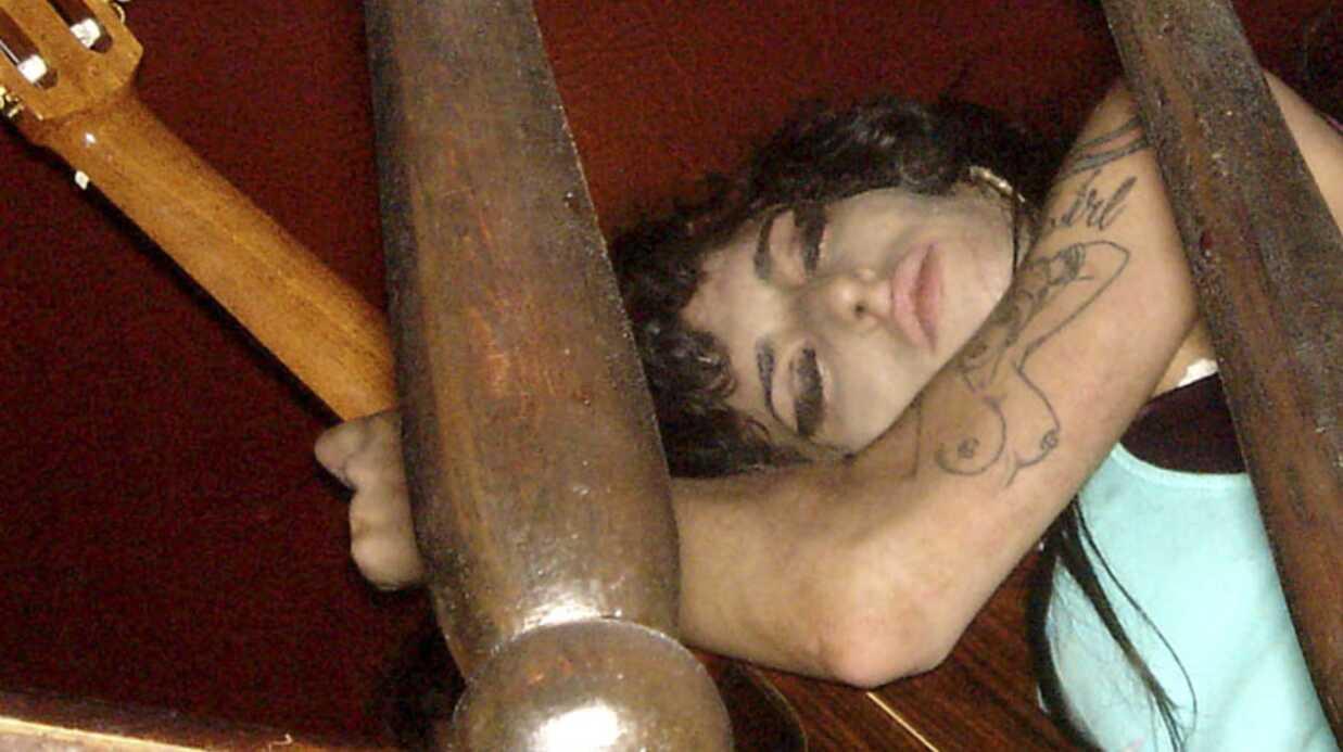 Amy Winehouse s'endort sur sa guitare