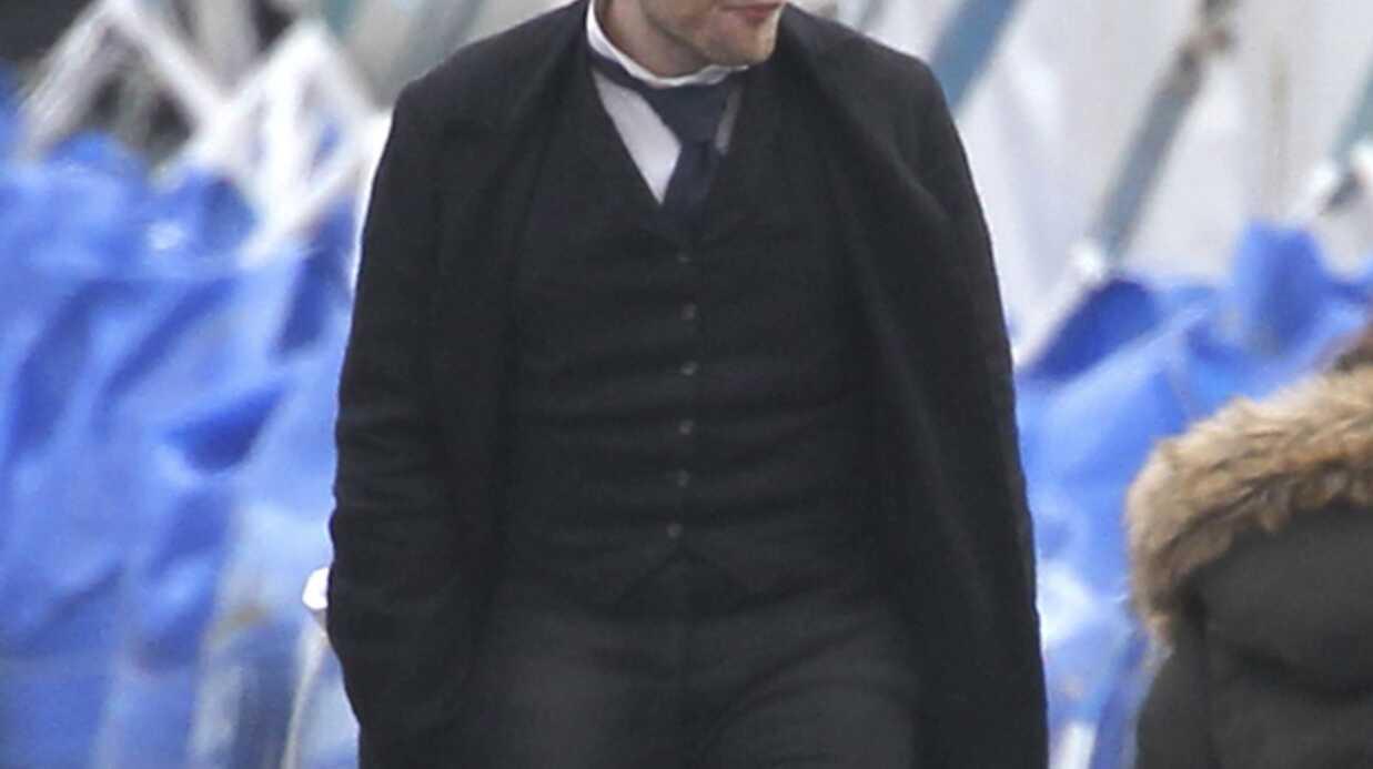 PHOTOS Robert Pattinson sur le tournage de Bel Ami