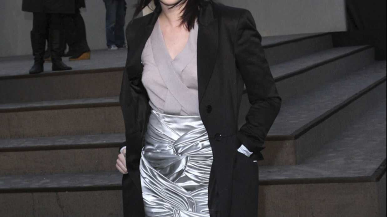LOOK Kris­ten Stewart ultra fémi­nine au défilé Burberry