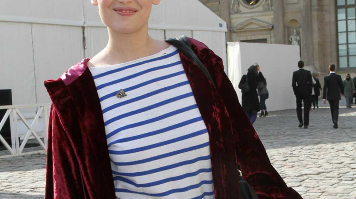 LOOK : Laeti­tia Casta mal fagot­tée à la Fashion week