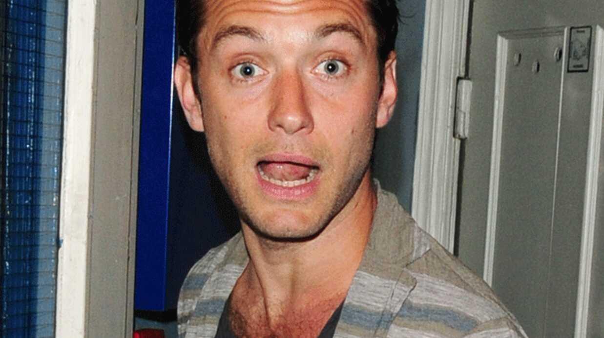 PHOTOS Jude Law assailli par une horde de fans à la sortie du théâtre