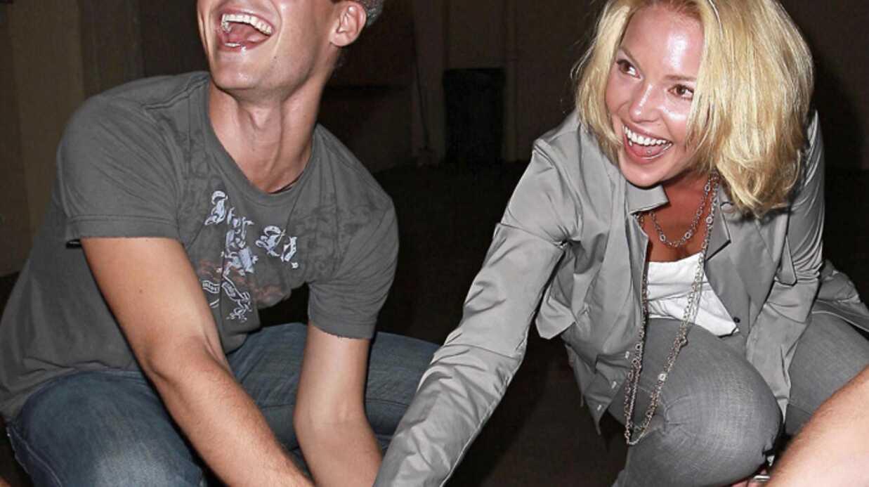 Katherine Heigl bourrée s'amuse avec un petit chien