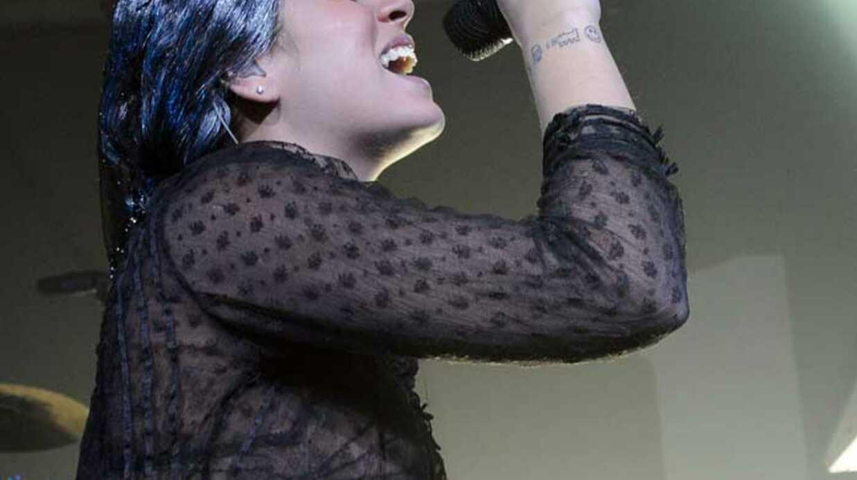 LOOK Lily Allen gothique sur scène