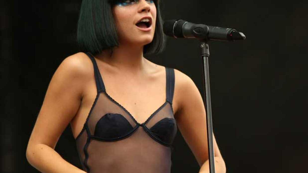 PHOTOS Lily Allen: striptease sur scène