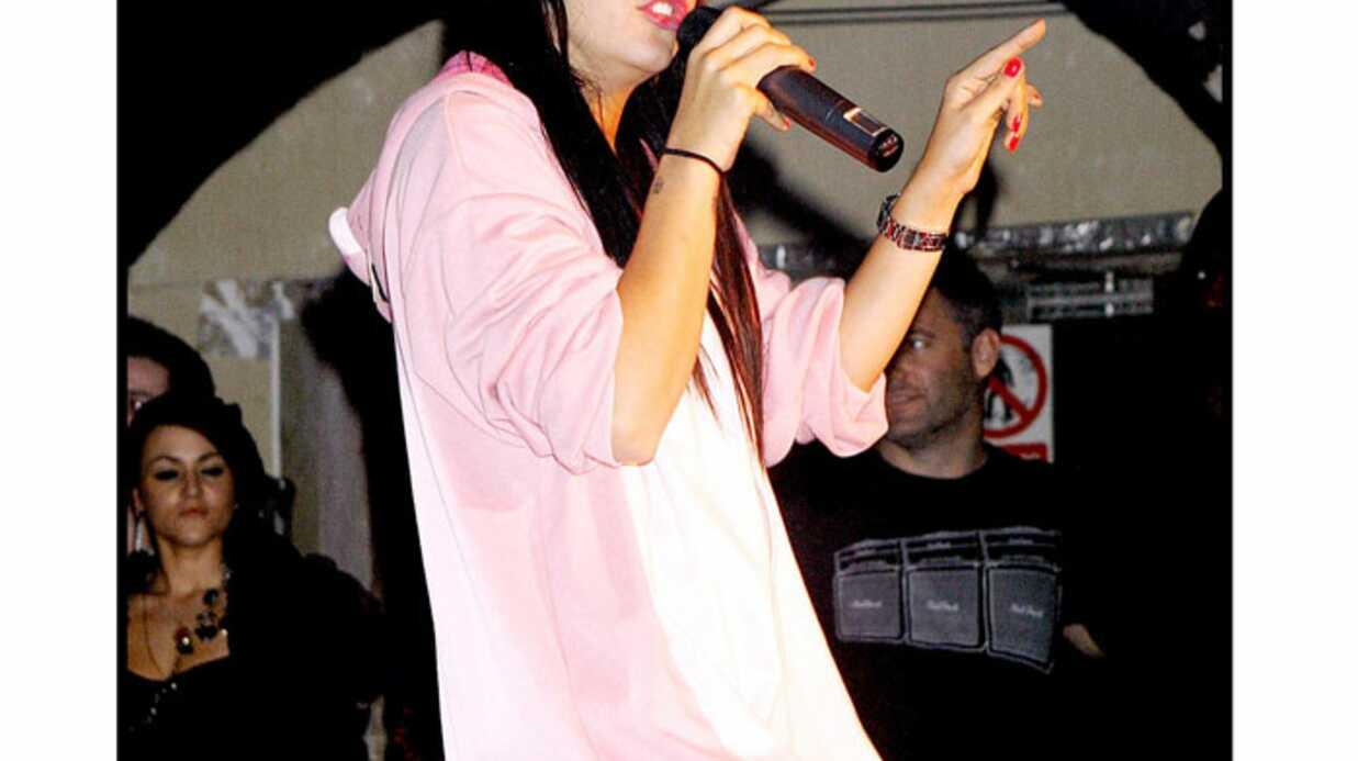 PHOTOS Lily Allen est sexy sur scène en lingerie