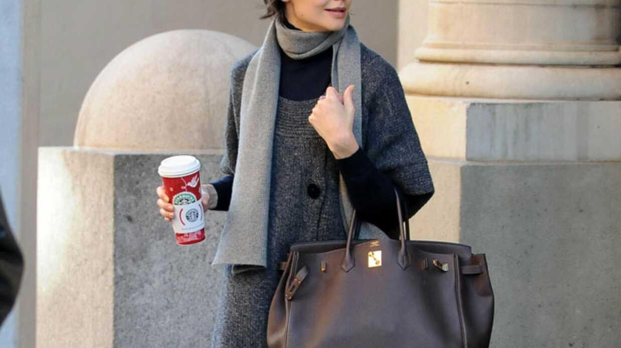 LOOK – Katie Holmes sort ses manteaux du placard