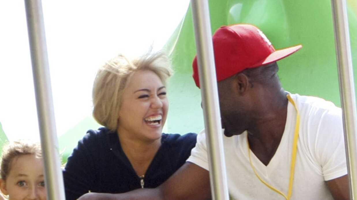 Miley Cyrus prend une pause entre deux scènes d'Hannah Montana