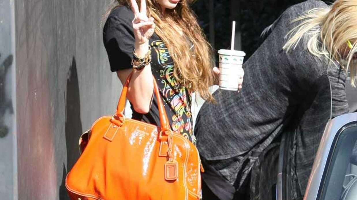 PHOTOS  Miley Cyrus sort de studio avec une amie