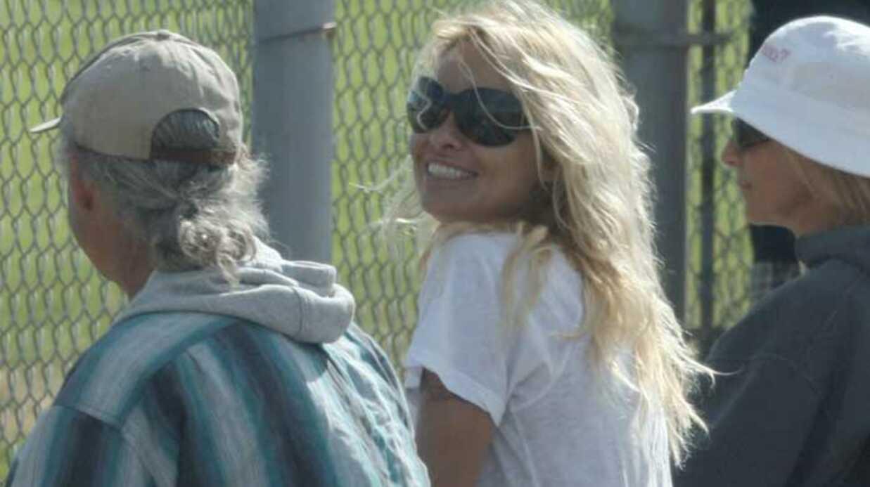 PHOTOS Pamela Anderson regarde le match de baseball de son fils