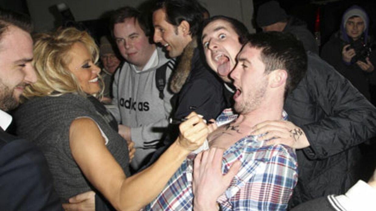 PHOTOS Pamela Anderson fait plaisir à des fans éméchés