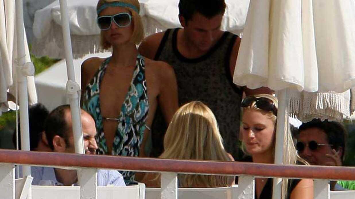 PHOTOS CANNES  Paris Hilton se détend au bord de la piscine