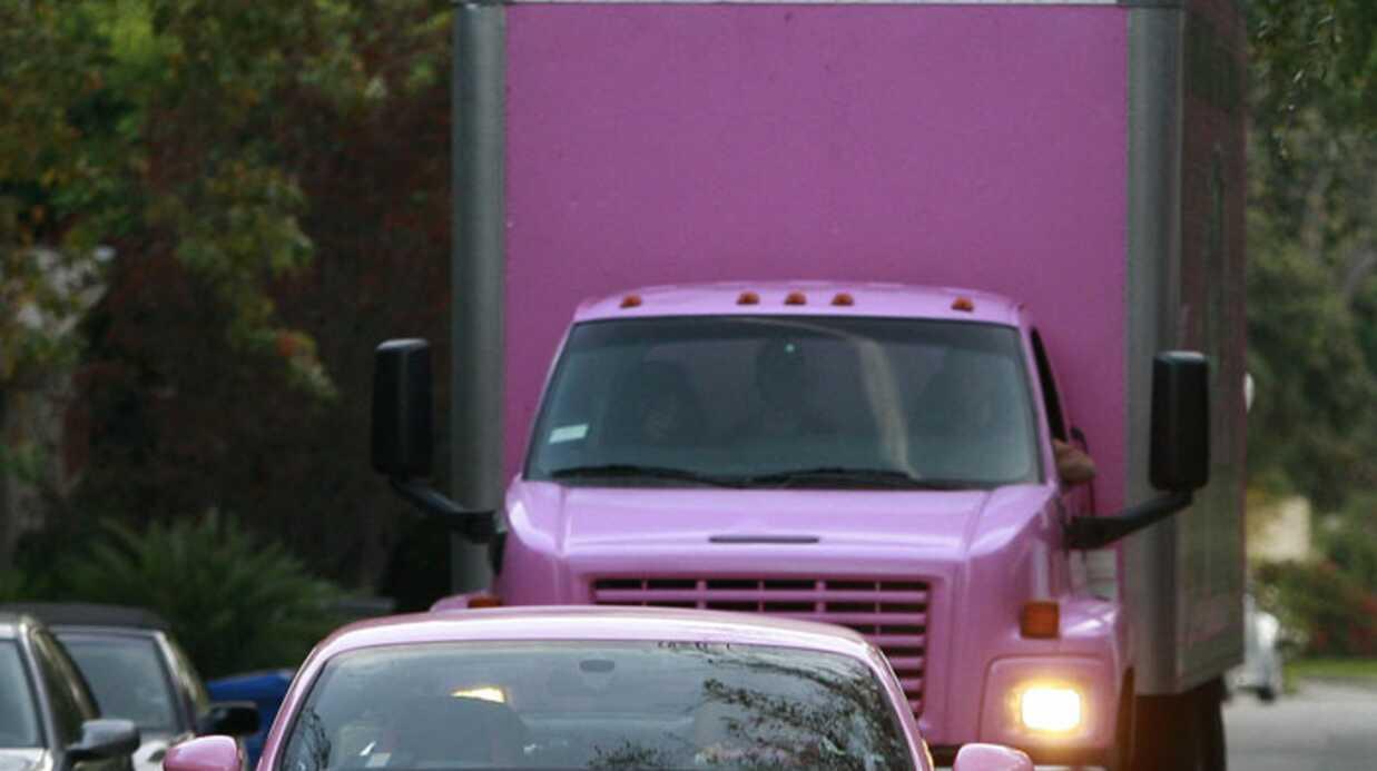 Paris Hilton au top du kitsch dans sa Bentley rose
