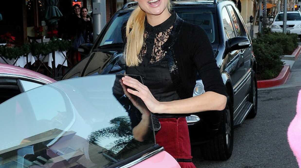 PHOTOS Paris Hilton a reçu sa Bentley rose