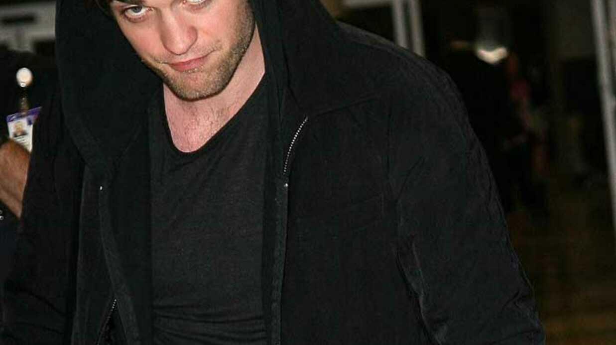 PHOTOS: La star de Twilight Robert Pattinson à l'aéroport