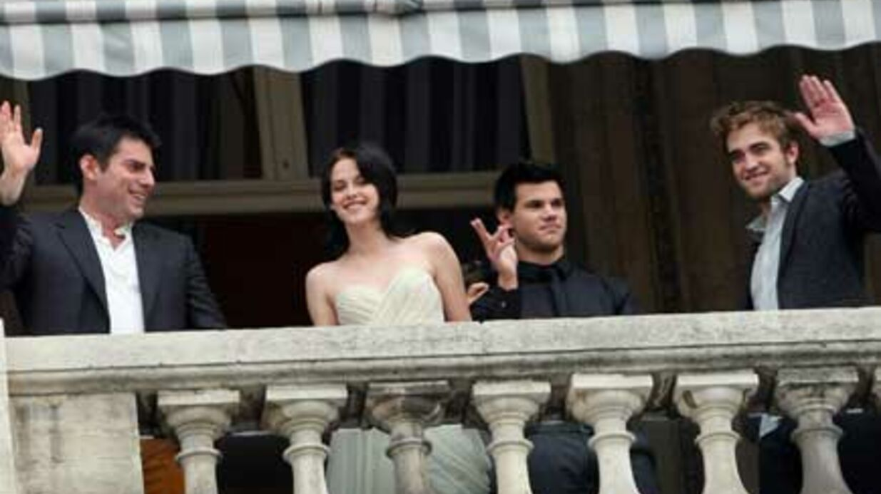 PHOTOS Robert Pattin­son et Kris­ten Stewart au balcon du Crillon