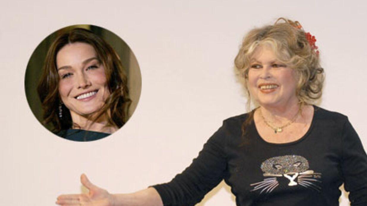 Brigitte Bardot offre un sac BB à Carla Bruni