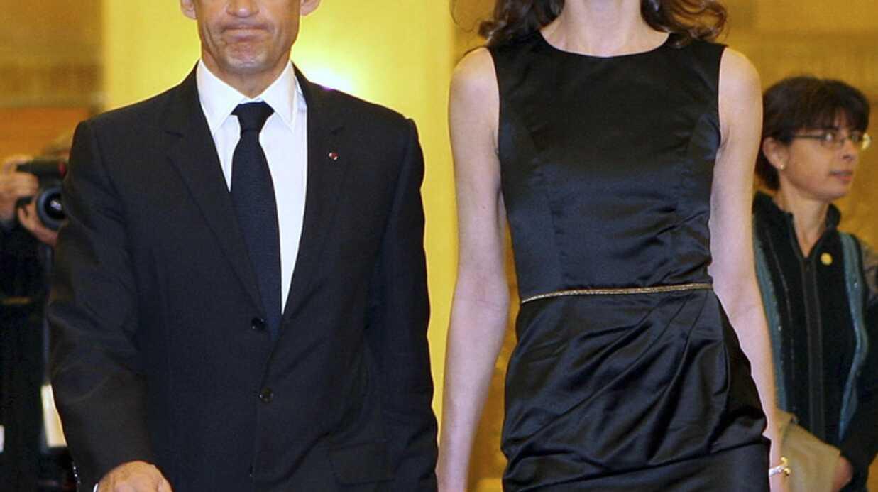 Nicolas Sarkozy et Carla Bruni balancés dans un livre