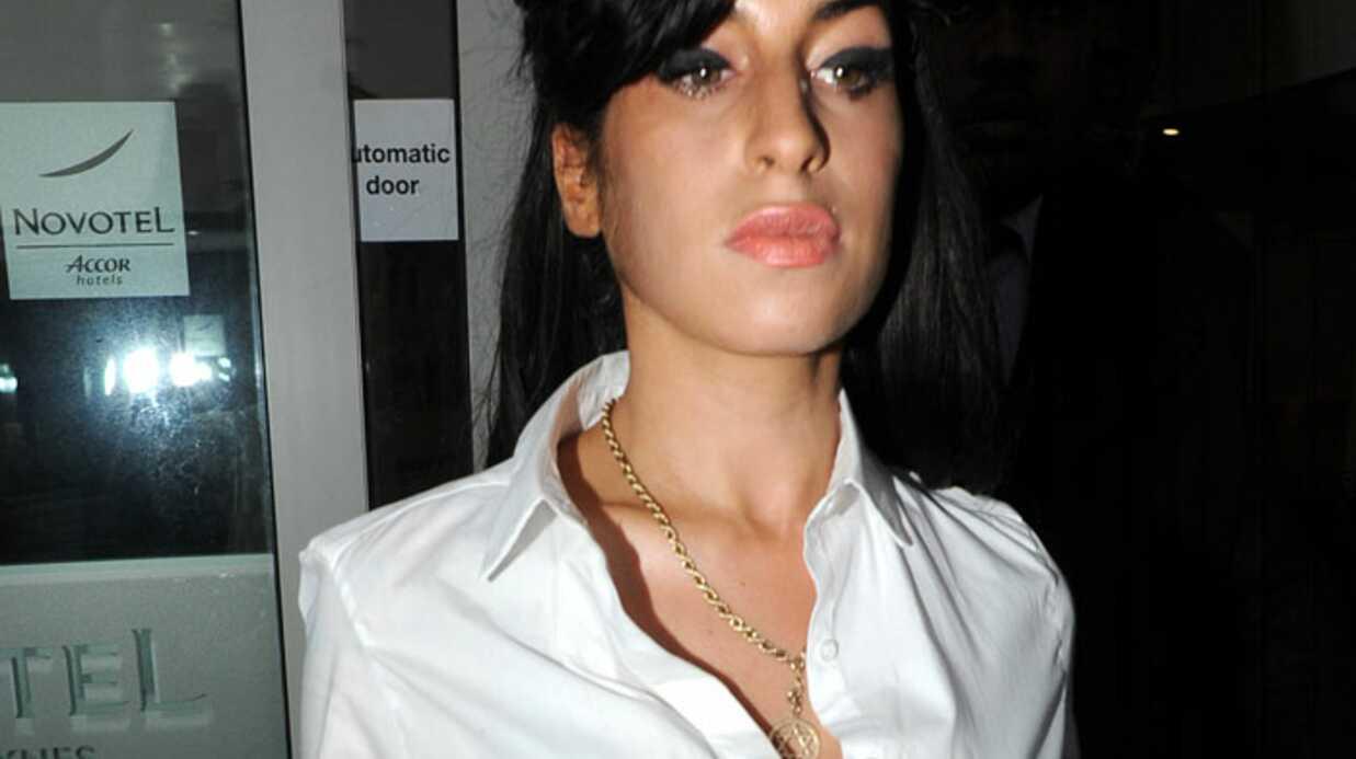 Amy Winehouse ne supporte plus ses implants mammaires