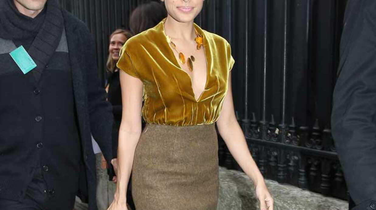 LOOK  Eva Mendes resplen­dis­sante à la Fashion Week