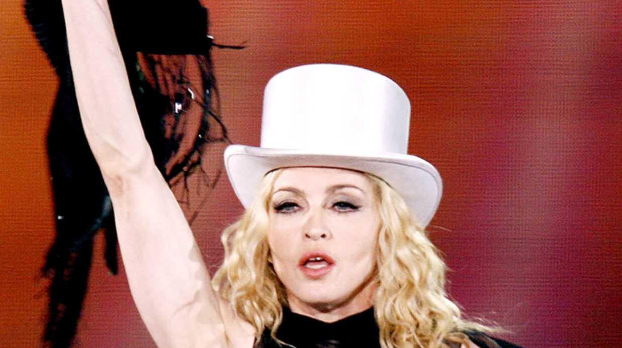 Vidéo: Madonna chute en live
