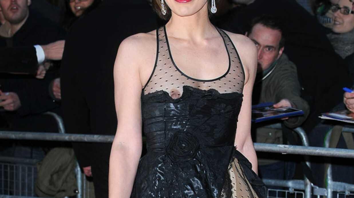 LOOK Milla Jovovich tout sein dehors
