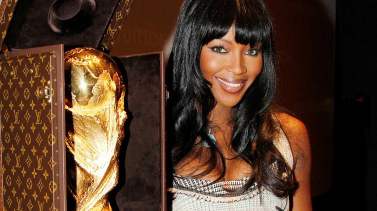Naomi Campbell dévoile l'écrin Louis Vuitton de la coupe du monde de foot