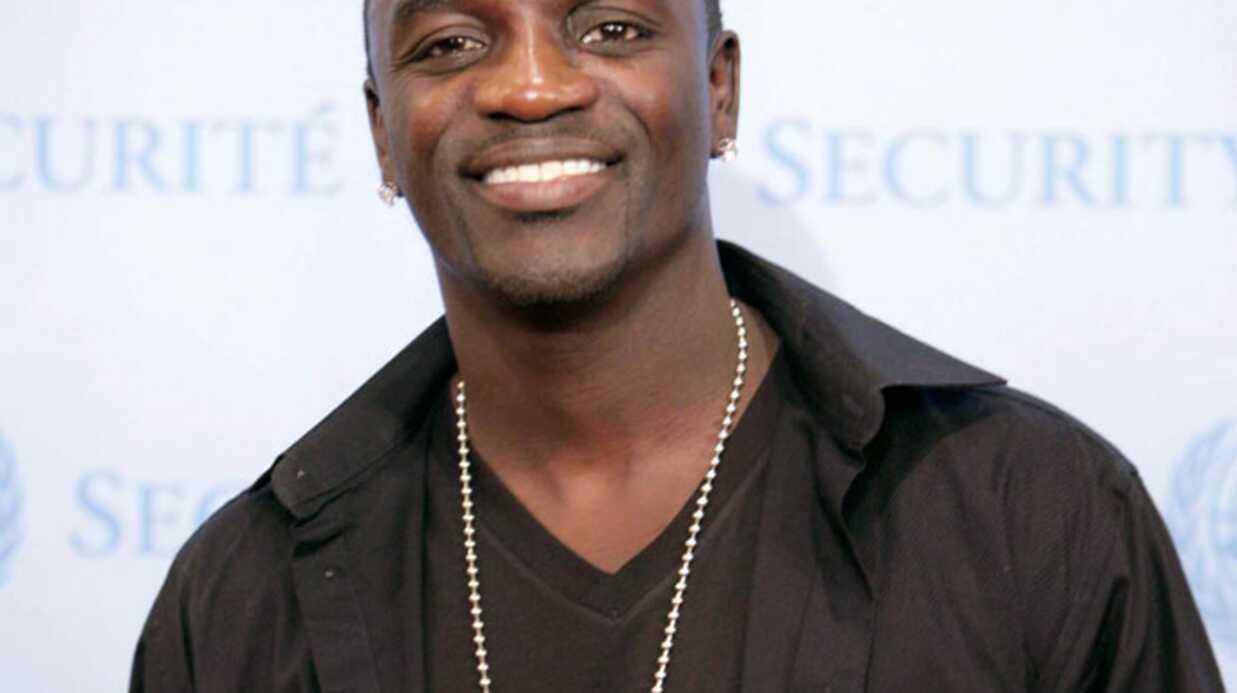 VIDEO  Akon tombe sur scène pendant un concert