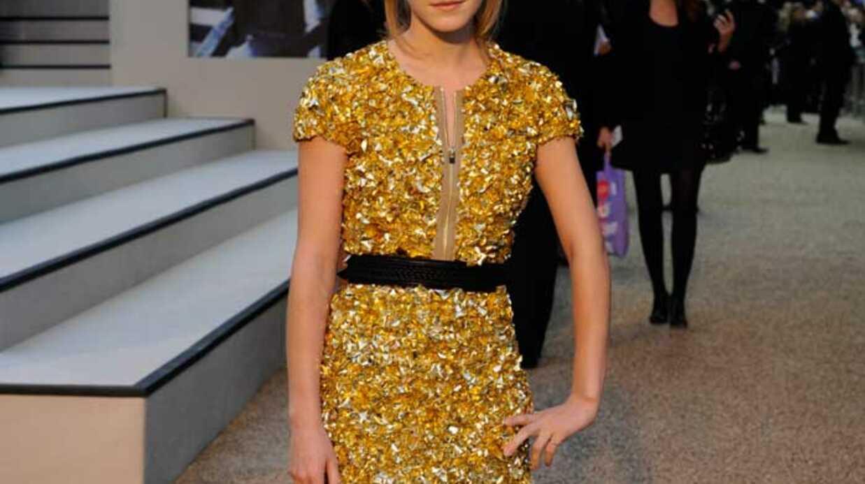 LOOK Emma Watson: glamour et espiègle en robe dorée