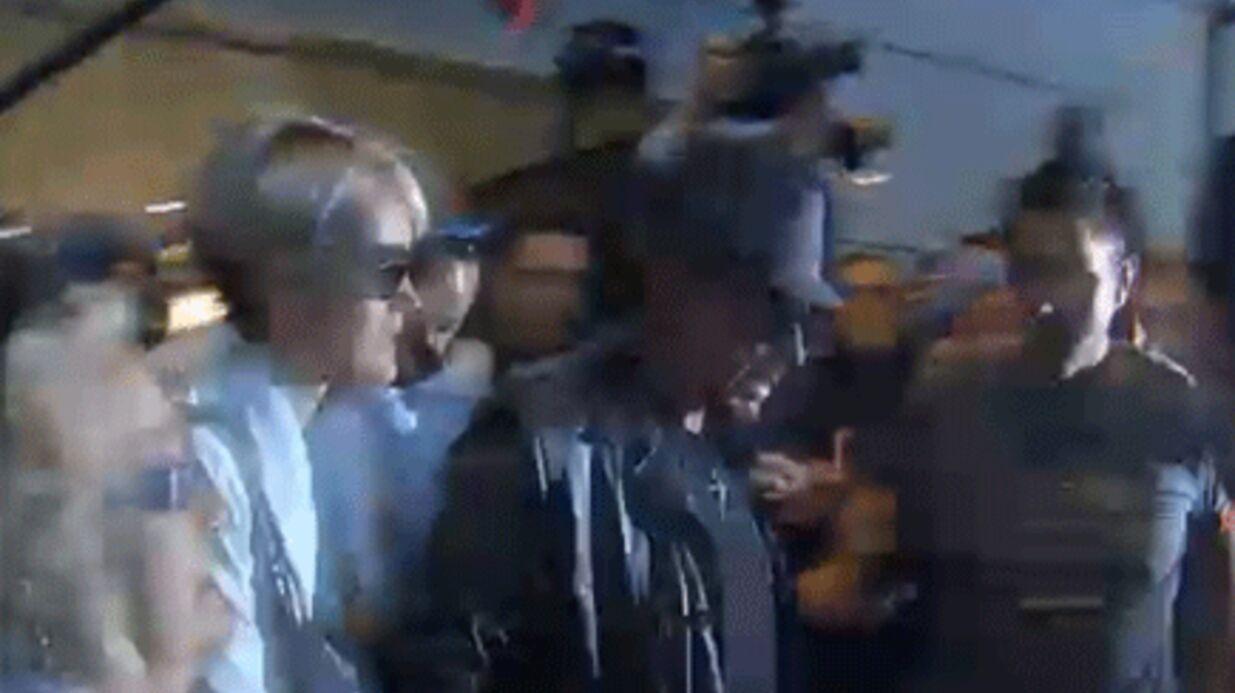 VIDEO: l'arrivée mouvementée de Johnny Hallyday à Paris