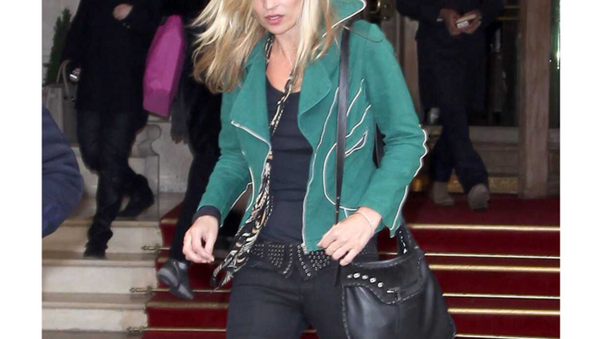 LOOK Kate Moss splen­dide avec son perfecto en daim vert