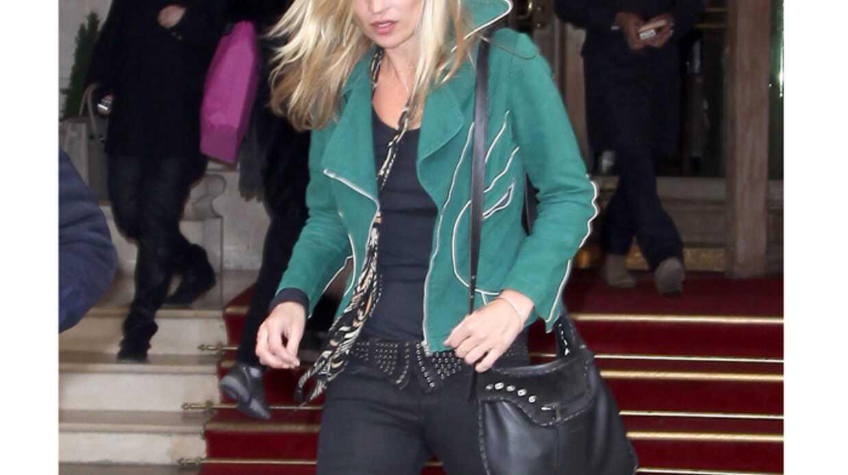 LOOK Kate Moss splendide avec son perfecto en daim vert