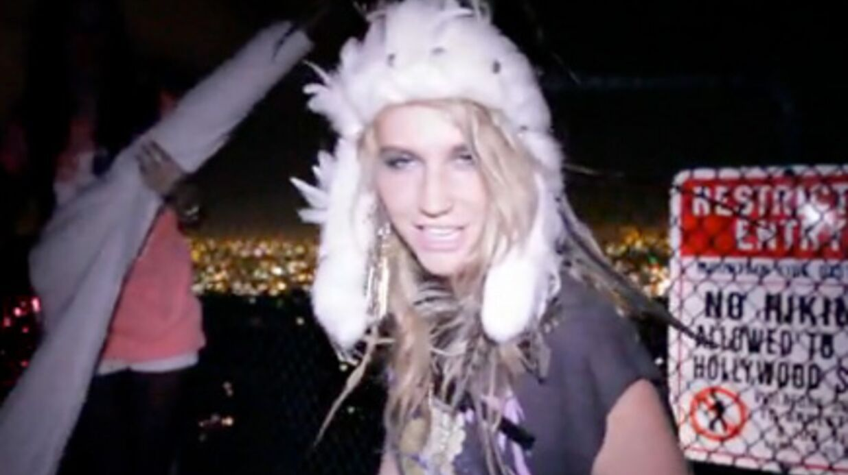 VIDEO Ke$ha a pris d'as­saut l'ins­crip­tion Holly­wood