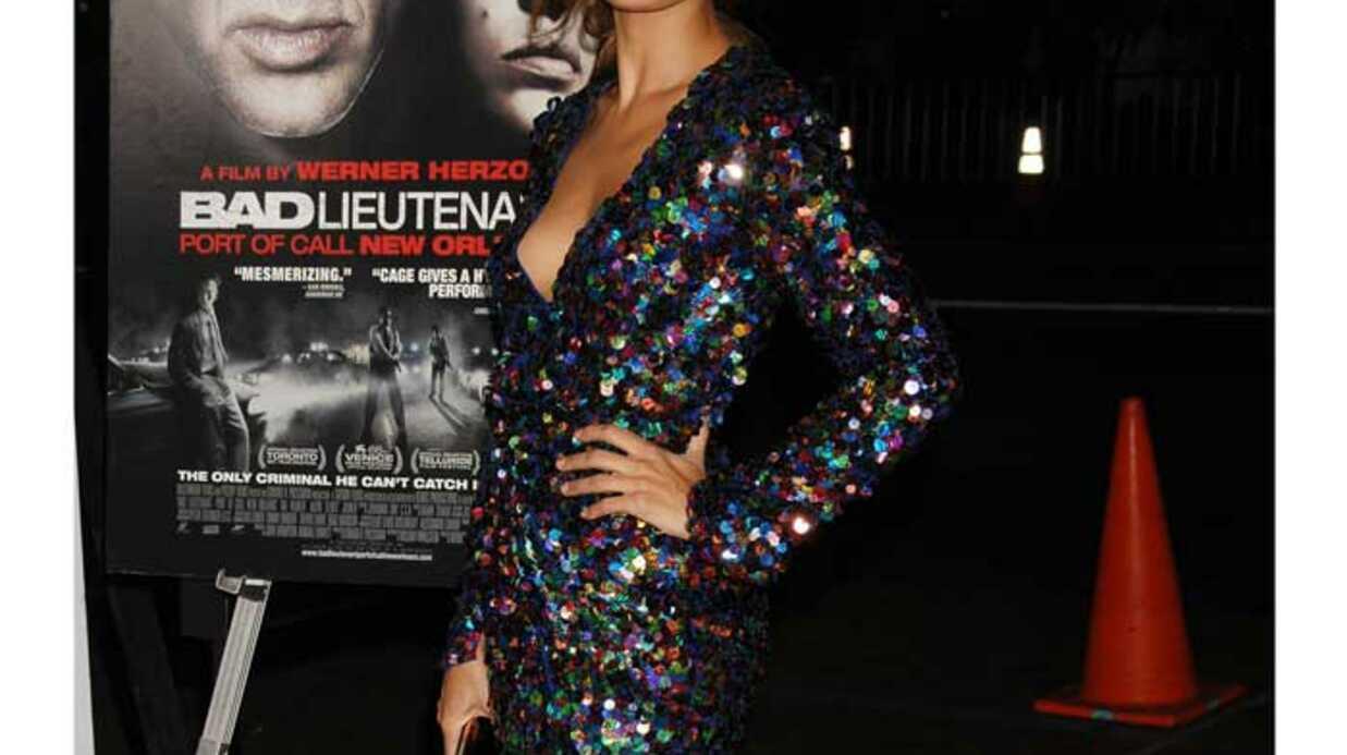 LOOK Eva Mendes, fabuleuse et sexy en robe moulante