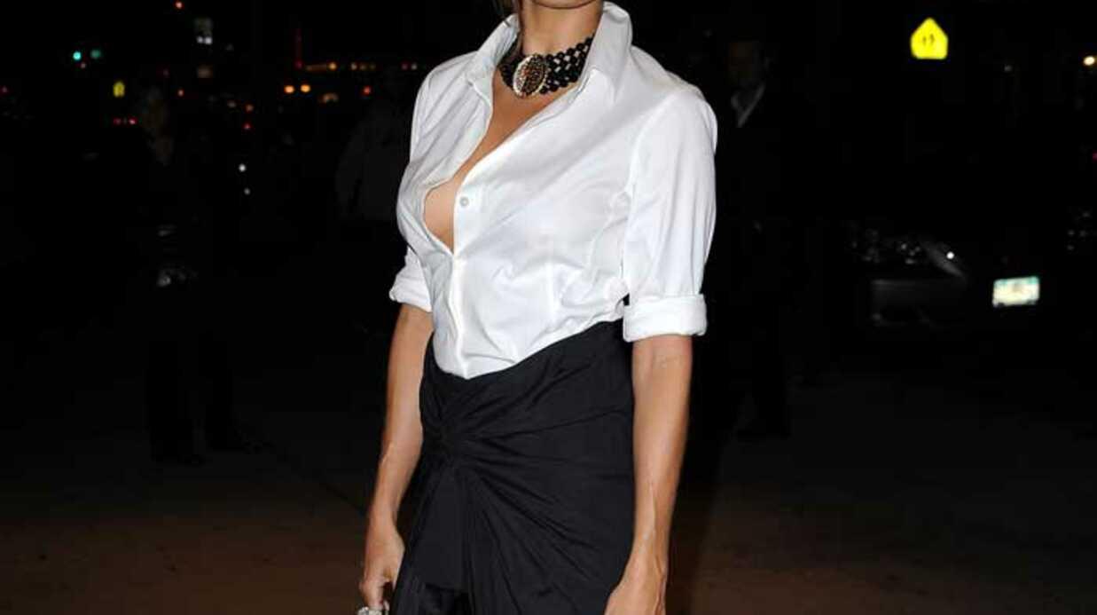 LOOK Eva Mendes fait un flop avec sa jupe asymétrique