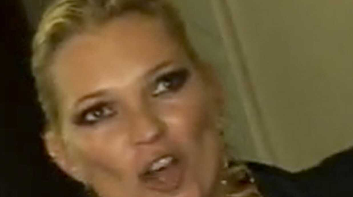 VIDEO Le caprice de Kate Moss au GQ Awards
