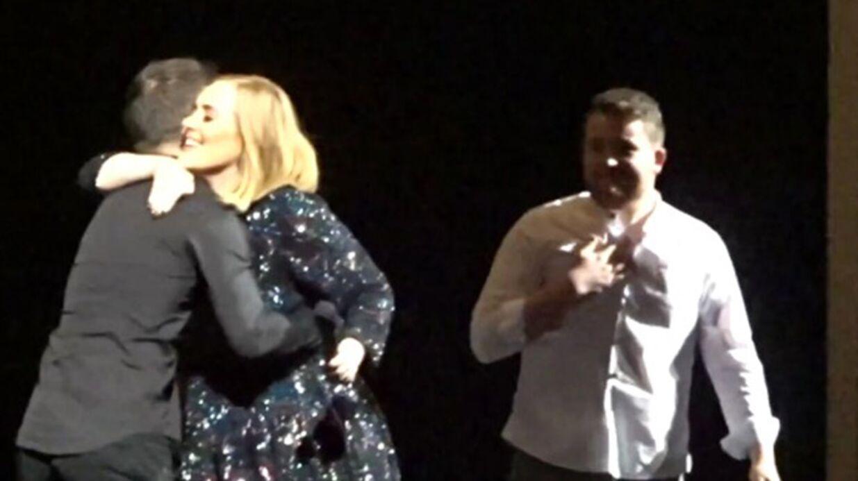 VIDEO Adele laisse deux fans chanter à son concert