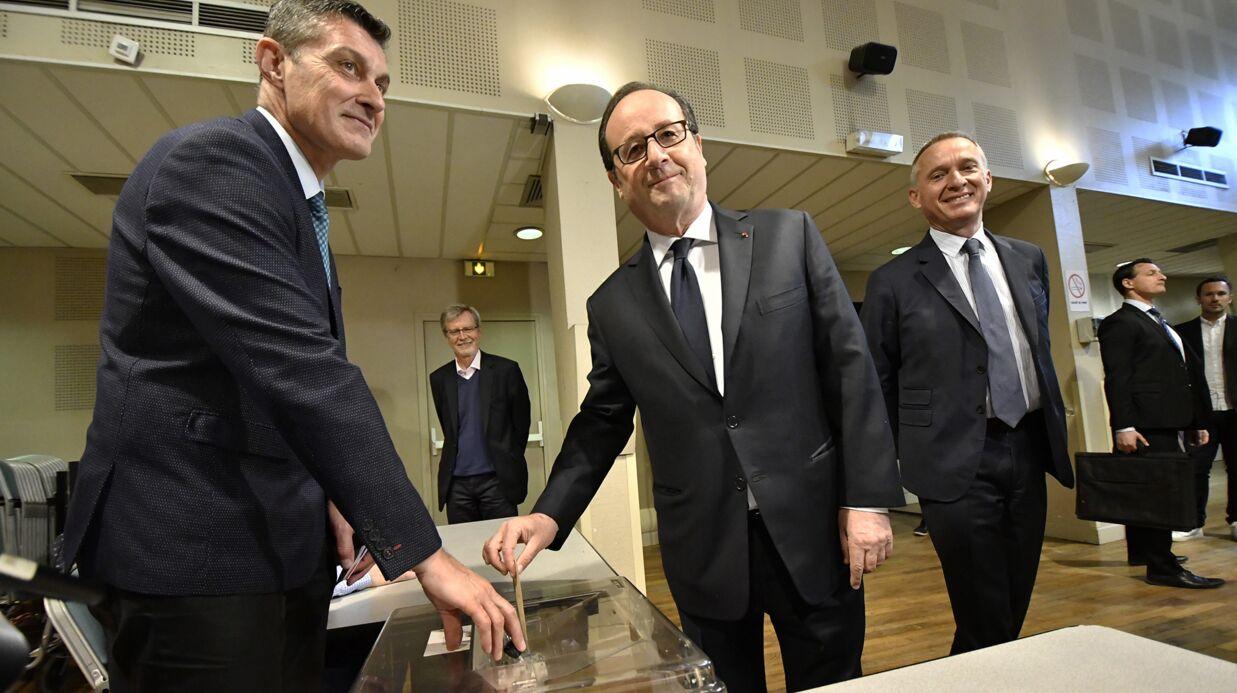 VIDEO Au bureau de vote, François Hollande oublie de prendre un bulletin Hamon: quelqu'un lui fait remarquer
