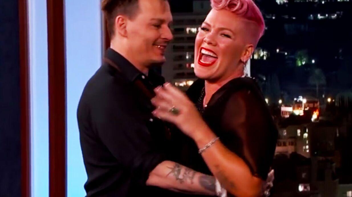 VIDEO Folle de Johnny Depp, Pink ne sait plus où se mettre lorsque ce dernier débarque par surprise