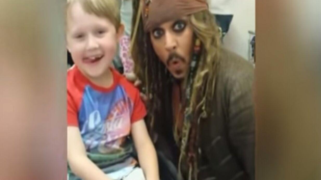 VIDEO Johnny Depp: l'acteur rend visite à des enfants malades en Jack Sparrow