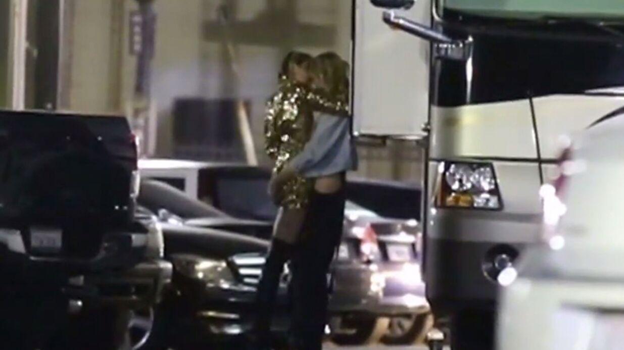 La vidéo super hot de Miley Cyrus qui embrasse Stella Maxwell, top Victoria's Secret