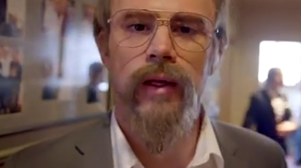 VIDEO Saurez-vous reconnaître cet acteur ultra sexy grimé en vieil homme?