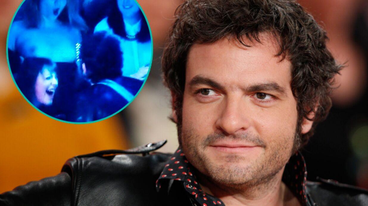 Une fan de Matthieu Chedid lui montre ses seins au Grand Journal