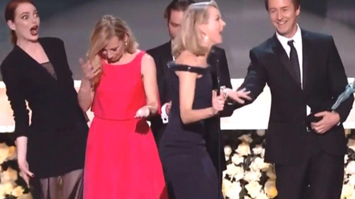 VIDEO Naomi Watts a (presque) failli tomber sur scène aux SAG Awards 2015