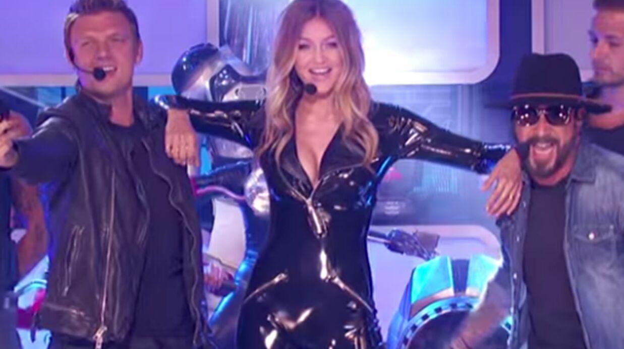 VIDEO Ultra sexy dans sa combinaison zippée, Gigi Hadid se donne en spectacle avec les Backstreet Boys